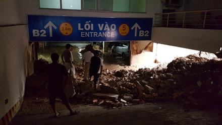 Đất đá ngổn ngang ngay lối vào tầng hầm B2 của chung cư Giai Việt