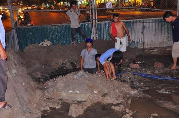 Vỡ ống gần khách sạn Daewoo, hàng trăm hộ dân mất nước