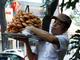 Kiếm gần 1 triệu đồng/ngày từ bán bánh cam dạo ở Sài Gòn
