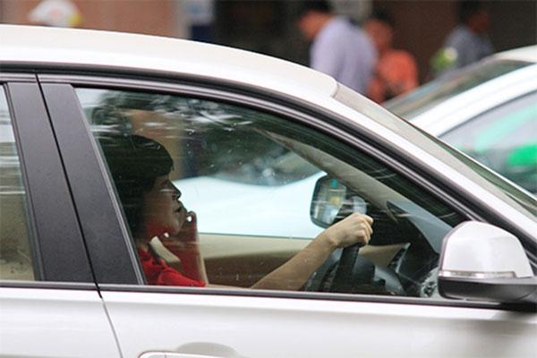 Dùng điện thoại khi lái xe gây nguy cơ mất an toàn