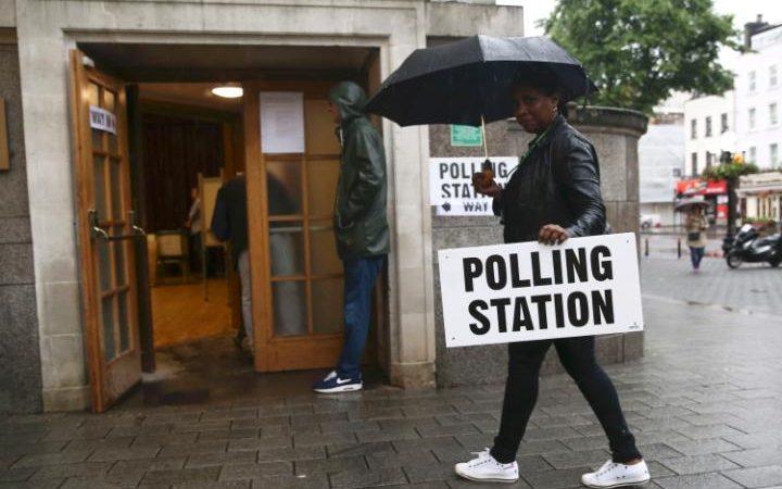 Nhiều nơi bỏ phiếu đã phải thay đổi địa điểm vì bị ngập lụt nghiêm trọng. Ảnh: Reuters.