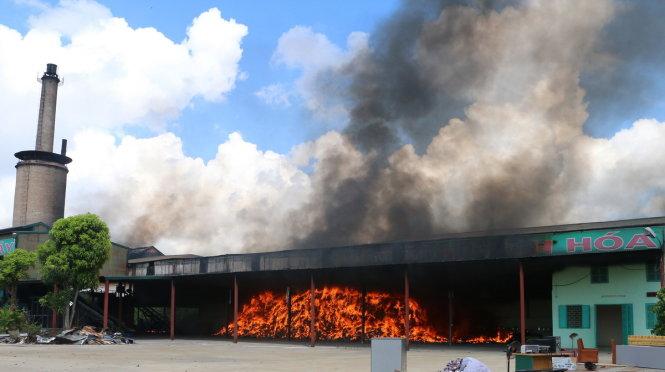Khói lửa bốc lên ngùn ngụt tại nhà máy - Ảnh: HÀ ĐỒNG