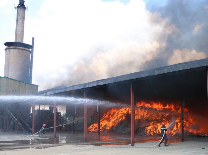 Cảnh sát PCCC Thanh Hóa đang nỗ lực chữa cháy - Ảnh: HÀ ĐỒNG