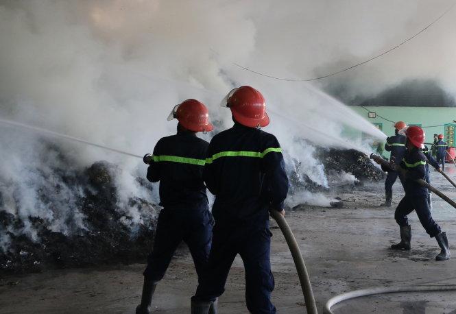 Cảnh sát PCCC Thanh Hóa nỗ lực khống chế đám cháy - Ảnh: HÀ ĐỒNG