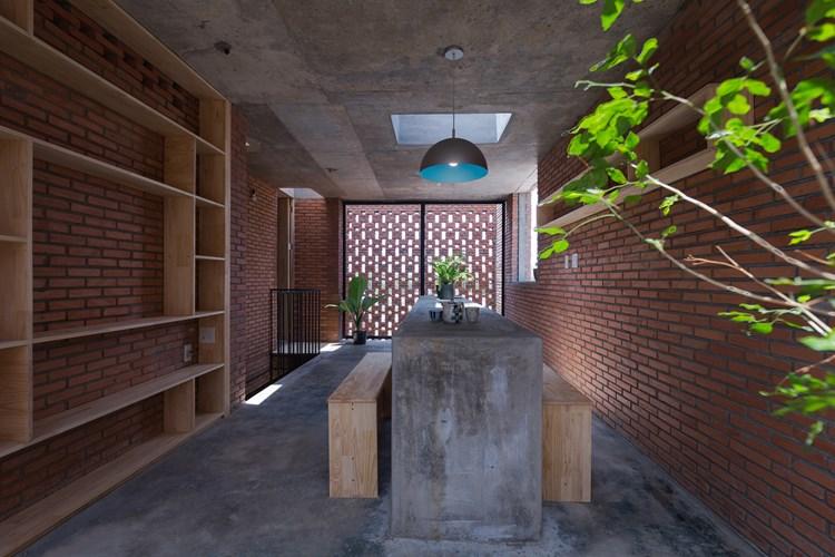 Mọi đồ nội thất trong nhà được thiết kế vô cùng đơn giản và gần giũ với thiên nhiên.