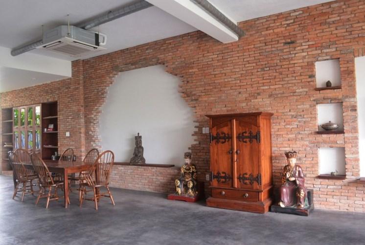 Sử dụng vật liệu tự nhiên như gỗ, gạch cũ và không gian xanh, ngôi nhà trở thành không gian sống không có giới hạn.