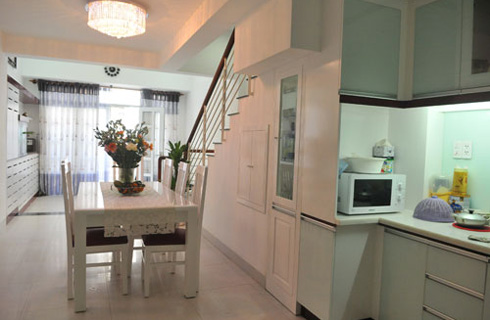 Khu bếp ăn thoáng rộng với bàn ăn cùng tông màu trắng.