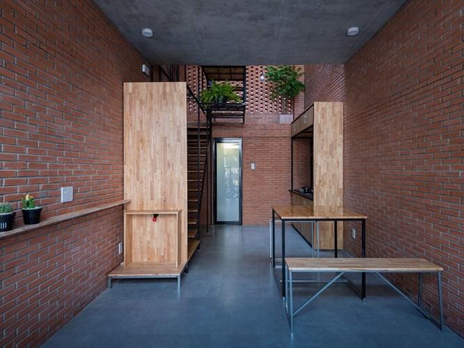 Để tiết kiệm chi phí, các kiến trúc sư đơn giản hóa các chi tiết, vật liệu và các đồ nội thất, đồng thời tối ưu hóa các không gian chức năng và giảm chiều cao của mỗi tầng.