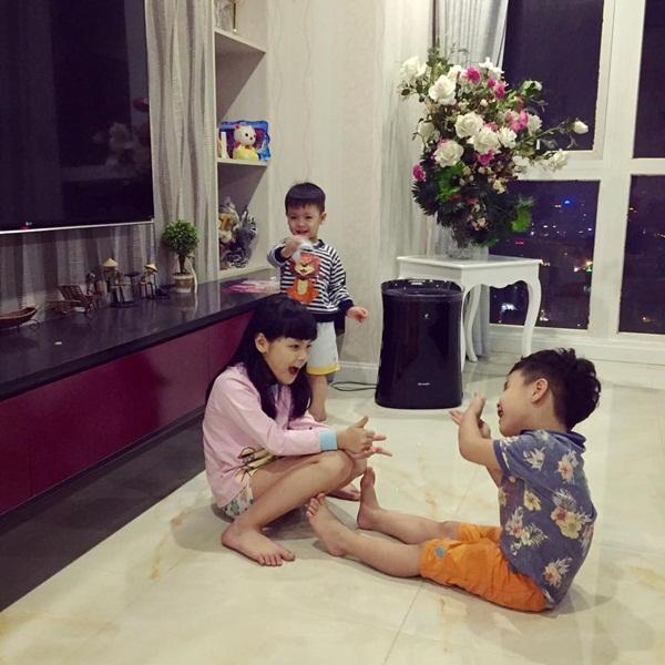 Dù nhà có 3 trẻ nhỏ nhưng mọi thứ trong căn hộ được sắp xếp rất gọn gàng.