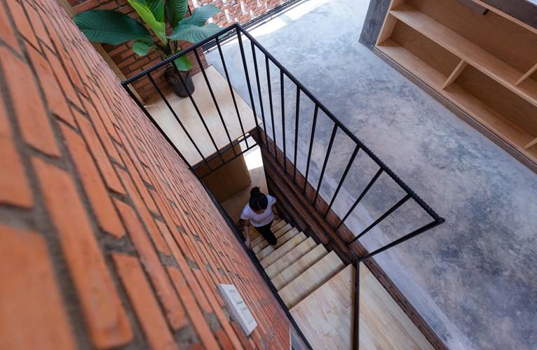 Ngôi nhà được thiết kế với hai tầng là tầng trệt và tầng lửng. Tầng trệt là một không gian đa chức năng, được sử dụng để tụ tập bạn bè và sẽ là một quán cà phê nhỏ trong tương lai. Tầng lửng với hai phòng ngủ, nhà bếp và bàn ăn.