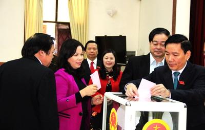 Các đại biểu HĐND tỉnh bỏ phiểu bầu cử các chức danh theo quy định