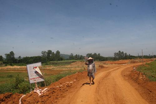 Đường cao tốc Đà Nẵng - Quảng Ngãi đi qua xã Tam Mỹ Đông, huyện Núi Thành, tỉnh Quảng Nam gặp phải sự phản ứng của người dân
