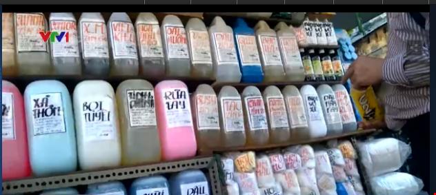 Những hương liệu không nhãn mác được bày bán tràn lan.