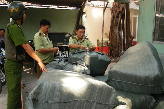 Lực lượng chức năng tiến hành niêm phong, thu giữ gần 50.000 sản phẩm giả nhãn mác các loại.