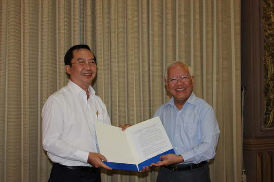 Ông Trần Thế Thuận (trái) nhận quyết định bổ nhiệm chức Chủ tịch UBND quận 1 (Ảnh: Ph.Anh)