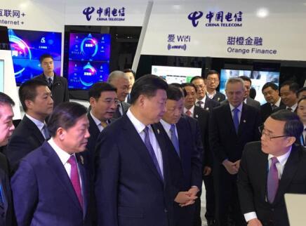 Thường Tiểu Binh (phải) trình bày trước ông Tập Cận Bình trong khuôn khổ Hội nghị Internet toàn cầu lần thứ 2 từ 15-18/12/2015.