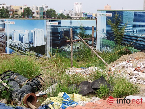 Còn đơn vị thi công đường Bạch Đằng (nối dài) thì biến nhiều nơi dưới chân tường rào khu phức hợp thành bãi đổ giá hạ, phế liệu