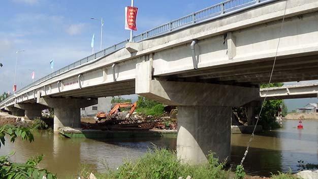 Cầu số 13 xây bằng bêtông và được đánh giá là lớn nhất tỉnh - Ảnh: BỬU ĐẤU