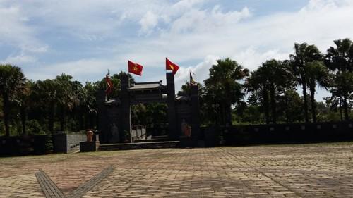 Khu tưởng niệm các vua Hùng cửa đóng then cài suốt ngày.