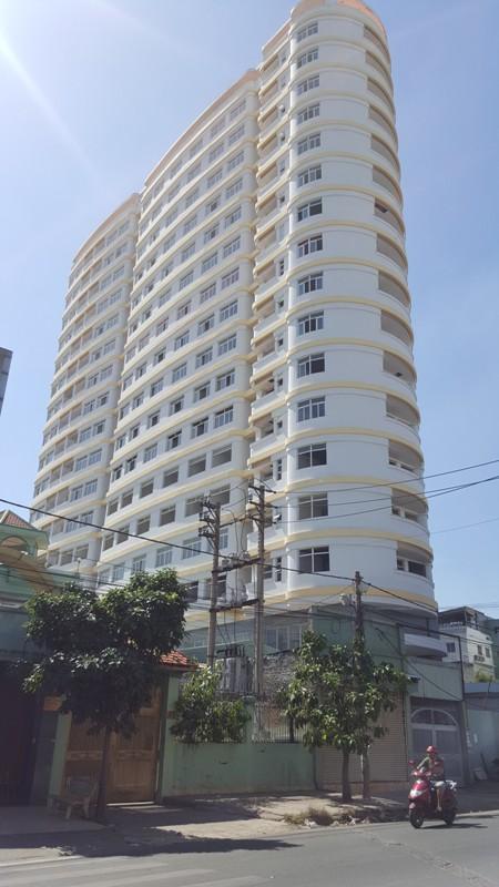 Công trình đã cơ bản hoàn thành, lắp ráp thang máy, lót gạch, quét sơn tòa nhà nhưng chưa có điện.