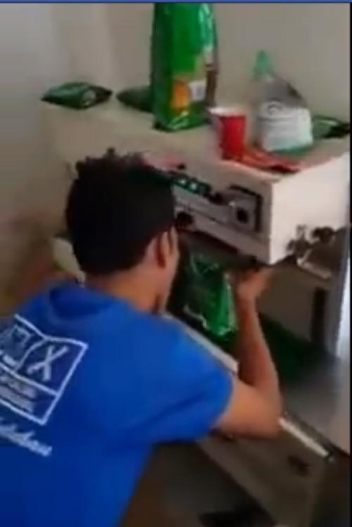 Cơ quan chức năng Malaysia đã phát hiện và tịch thu tất cả sản phẩm giả được sản xuất tại cơ sở này (Ảnh chụp từ clip).