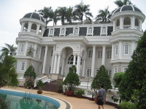 Biệt thự bề thế như tòa lâu đài của Lâm Ngọc Khuân đang được một ngân hàng quản lý.