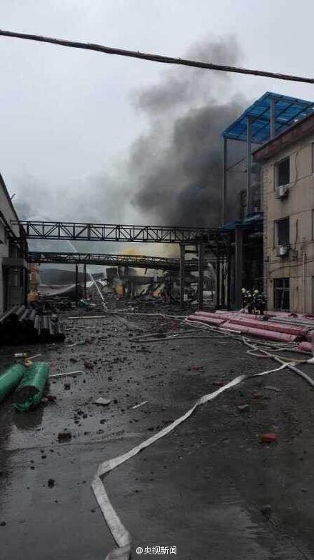 Nhân chứng cho biết vụ nổ đã khiến nhà xưởng tan hoang, lửa khói mù mịt.