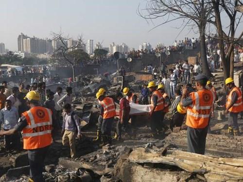 Ngay sau khi nhận được báo cáo, 16 xe chữa cháy và lính cứu hỏa khẩn trương được điều động tới hiện trường.