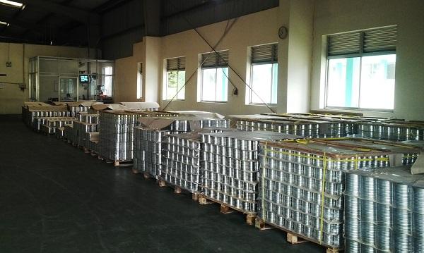 Sản phẩm đóng hộp đang chờ dán nhãn để xuất khẩu.