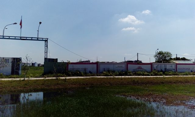 Người dân nghèo vẫn đang mong chờ vào dự án khu nhà tái định cư Bình Khánh của công ty Đức Khải đầu tư. Tuy nhiên, hơn 23 nghìn m2 đất dự án vẫn còn hoang lạnh.