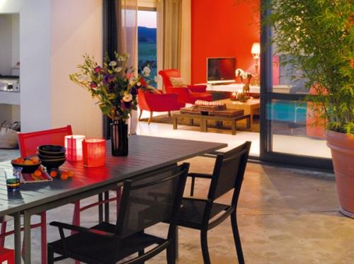 Để căn phòng khách nhạt nhòa của mình trở nên nổi bật hơn với sắc đỏ, hãy sử dụng đến các điểm nhấn trang trí màu đỏ. Không cầu kỳ như việc sơn tường hay những món nội thất cồng kềnh, điểm nhấn ở đây có thể chỉ là bức tranh, đồ trang trí như bình hoa, đề can trang trí tường. Những món đồ ấy không chỉ làm cho căn phòng sinh động hơn mà còn giúp tập trung sự chú ý đến một khu vực cần nhấn mạnh trong nhà của bạn.