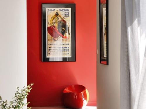 Lối đi trong nhà với bức tường đỏ tạo cảm giác nồng ấm