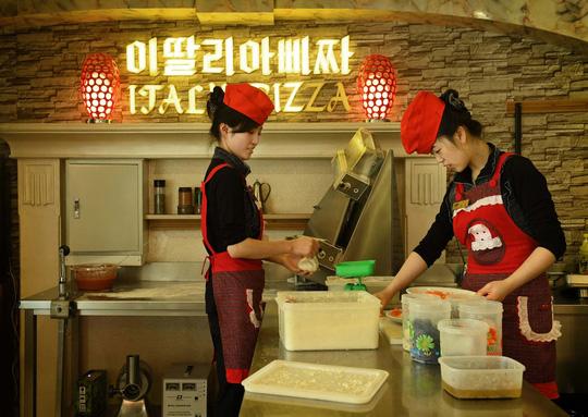 Nhân viên đang làm bánh pizza tại một nhà hàng ở thủ đô Bình NhưỡngẢnh: Washington Post