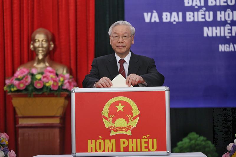 Tổng bí thư Nguyễn Phú Trọng bỏ phiếu. Ảnh: Lê Anh Dũng