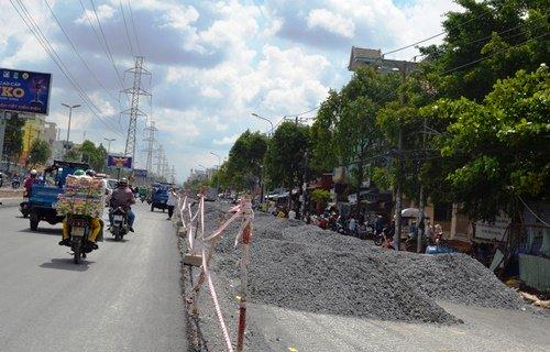 Tuyến đường Kinh Dương Vương hiện đang thi công công trình cải tạo hệ thống thoát nước đoạn từ mũi tàu Phú Lâm đến vòng xoay An Lạc.