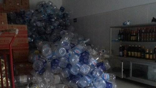 Can nhựa tận dụng đựng nước mắm.