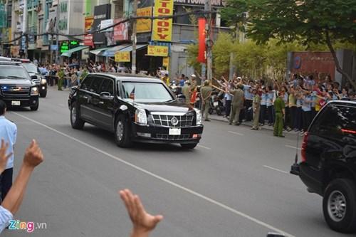 Người dân hai bên đường Điện Biên Phủ vẫy tay tiễn Tổng thống Mỹ Obama.