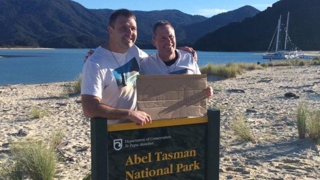 Hai thành viên tổ chức chiến dịch vận động quyên góp tiền mua lại bãi biển Duane Major (trái) và Adam Gardner (phải) chúc mừng thành công của chiến dịch - Ảnh: Duane Major