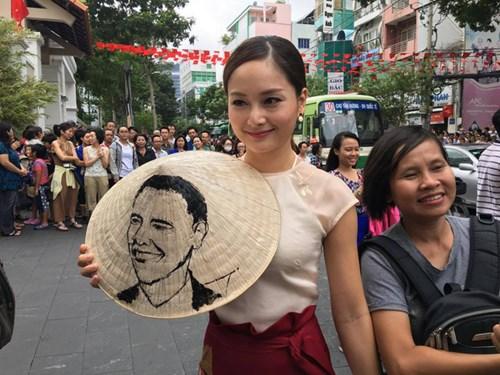 Diễn viên Lan Phương tới cuộc gặp với chiếc nón lá có vẽ hình Tổng thống Obama. Ảnh: Dân Trí.