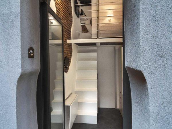 Lối vào nhà đơn giản với cửa kính hiện đại.