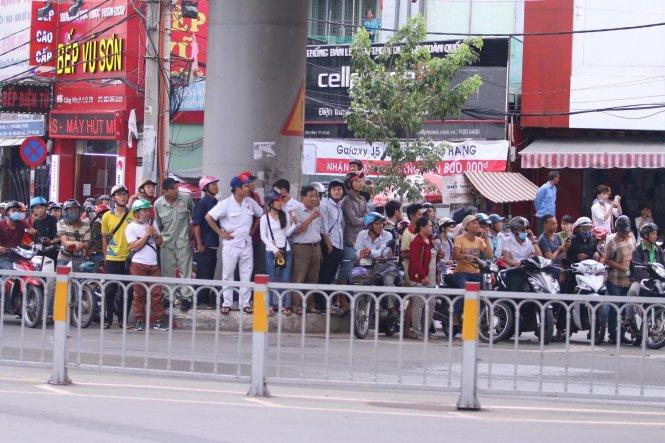 Rất đông người người dân đang hồi hộp chờ đón đoàn của tổng thống Obama trên đường Nam Kỳ khởi Nghĩa - Ảnh: Khôi Trần