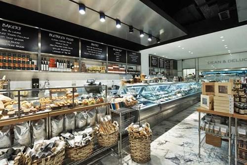 Xu hướng cửa hàng kết hợp, đáp ứng nhiều nhu cầu tiêu dùng cùng lúc trong ngành bán lẻ và nhượng quyền. Ảnh: Cửa hàng nhượng quyền Dean & Deluca – mô hình 3 trong 1, cửa hàng thực phẩm, nhà hàng, cà phê