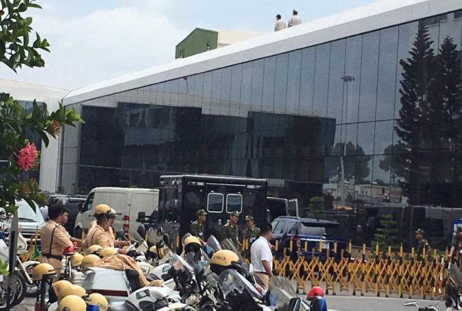 Người của Trung tâm an ninh hàng không sân bay Tân Sơn Nhất đi kiểm tra tình hình an ninh trên nóc nhà ga quốc nội - Ảnh: Lê Nam