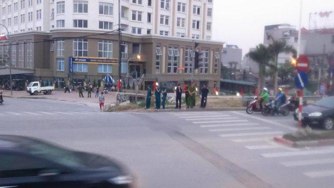 Lực lượng chức năng có mặt tại ngã tư Nghi Tàm- Lạc Long Quân, dưới chân cầu Nhật Tân - Ảnh: Nam Trần