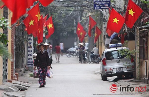 Cờ đỏ sao vàng được treo dọc khắp đường phố.