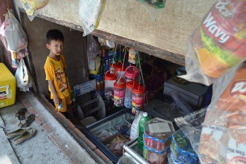 Các em nhỏ sống trong những căn hầm giữa TP