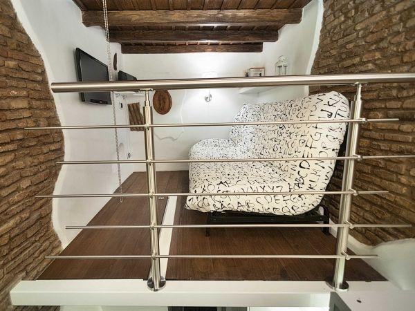 Khi có khách ghé thăm nhà, chiếc giường đa năng có thể trở thành chiếc sofa phong cách, xinh xắn.
