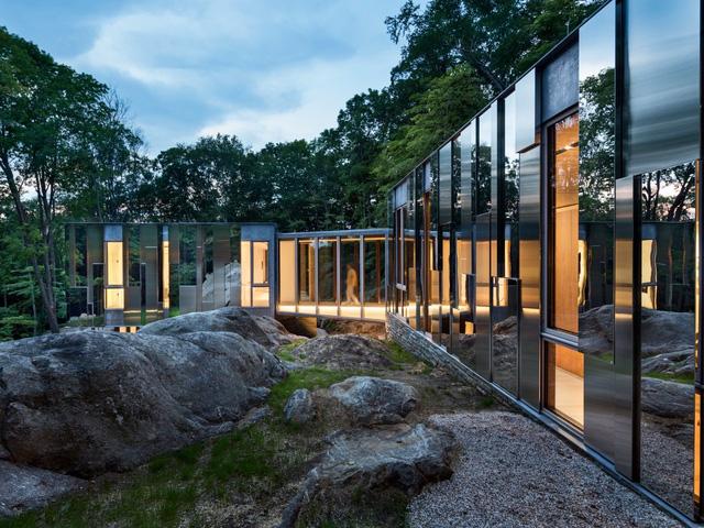 Từ bên ngoài, ngôi nhà gần như trong suốt bởi nội thất giống như một tấm gương phản chiếu, ngoại trừ khi ánh đèn thắp sáng vào ban đêm. Tuy nhiên các cánh cửa và cửa sổ dường như trở nên trong suốt.