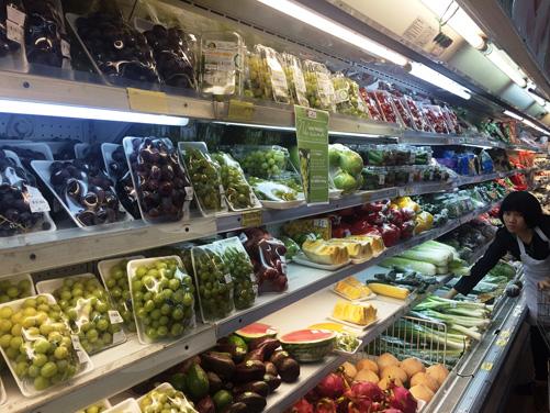 Nguồn cung trái cây tại các siêu thị giảm nhẹ. Ảnh: Trần Thị Thu Hiền - TTXVN
