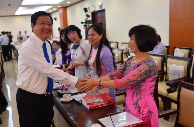 Bí thư Thành ủy TP.HCM Đinh La Thăng bắt tay các đại biểu tham dự hội thảo - Ảnh: Quang Định